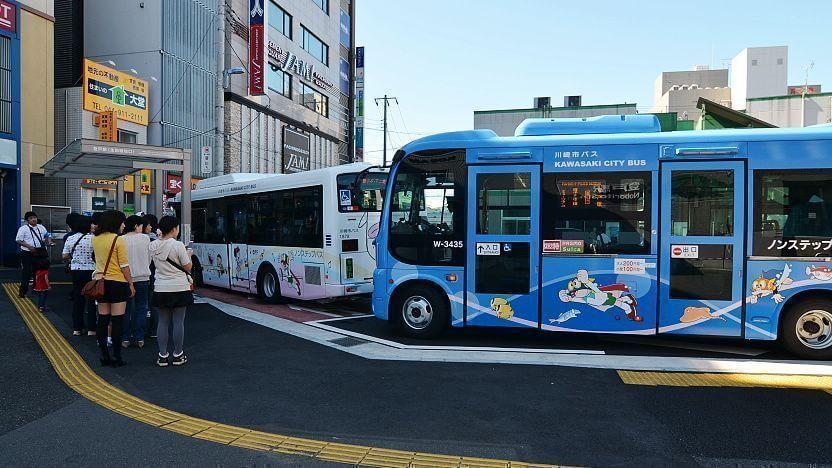 Chuyến xe buýt chở khách tham quan đến bảo tàng.