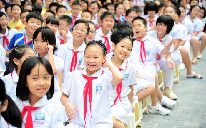 trẻ em cấp 2 đeo khăn quàng