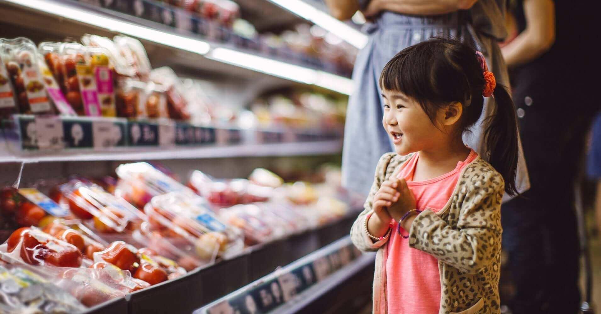 bé gái châu á ở siêu thị