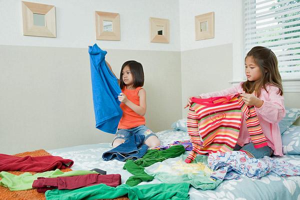 bé gái châu á xếp quần áo, nuôi dạy con