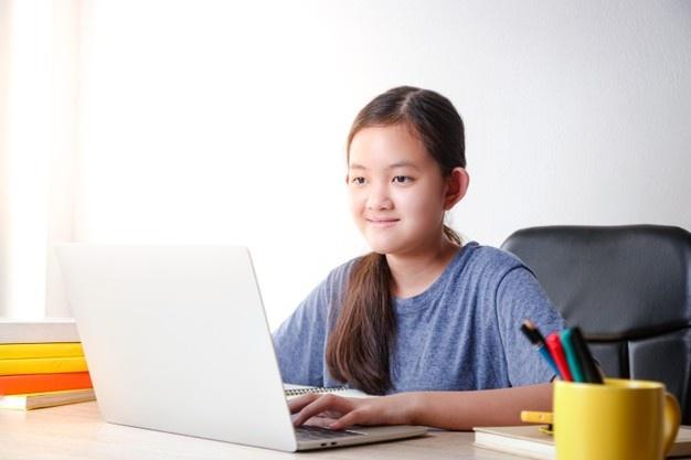 Unschool là gì? bé gái laptop