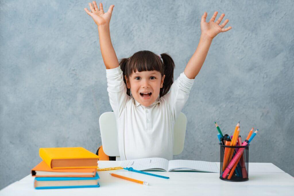 Tại sao nên cho bé đi học ngữ pháp tiếng Anh? Bé gái giơ tay