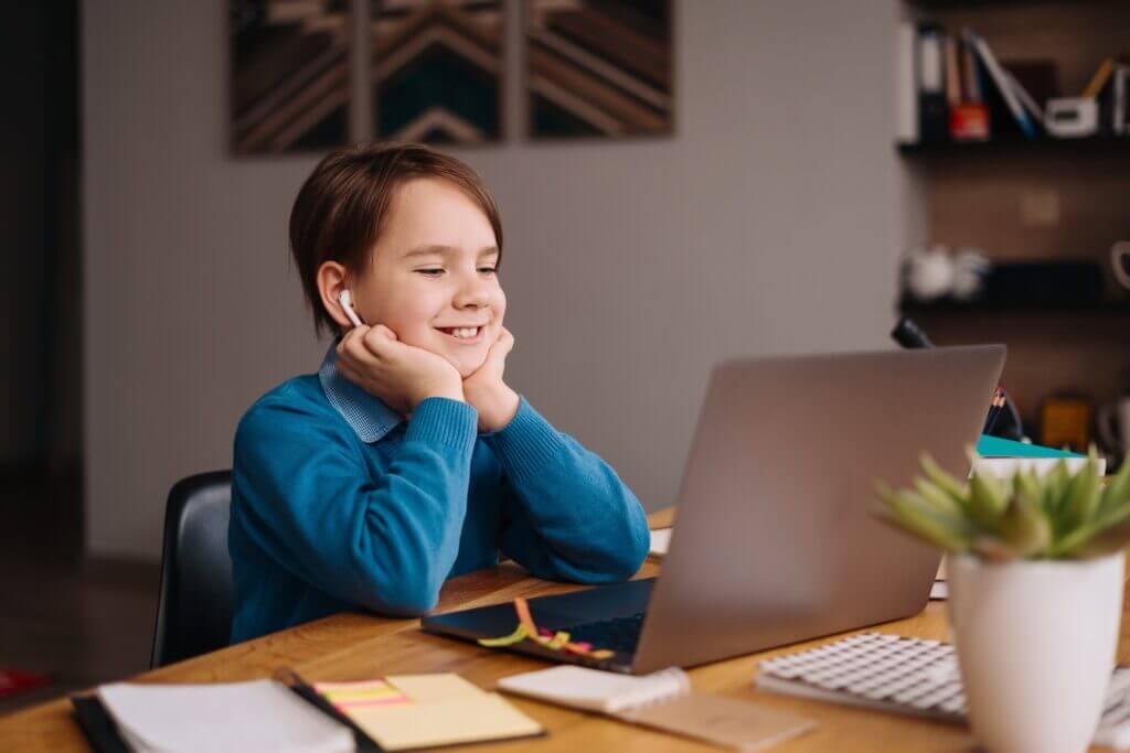 Phát triển cả tư duy và khả năng nghe hiểu tiếng Anh của bé.