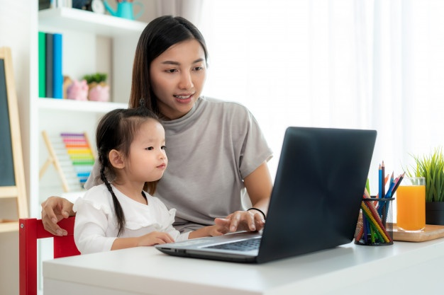 học tiếng anh lớp 1 cho bé, mẹ và bé ngồi laptop